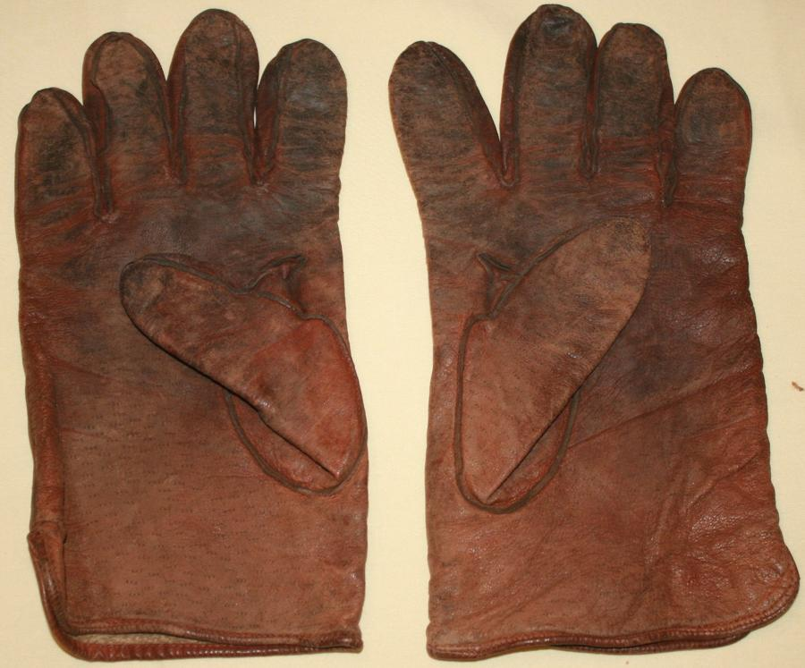 A PAIR OF MANS CC41 GLOVES