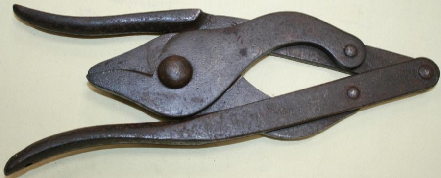 1917 DATED BRITISH ISSUE WIRE CUTTERS