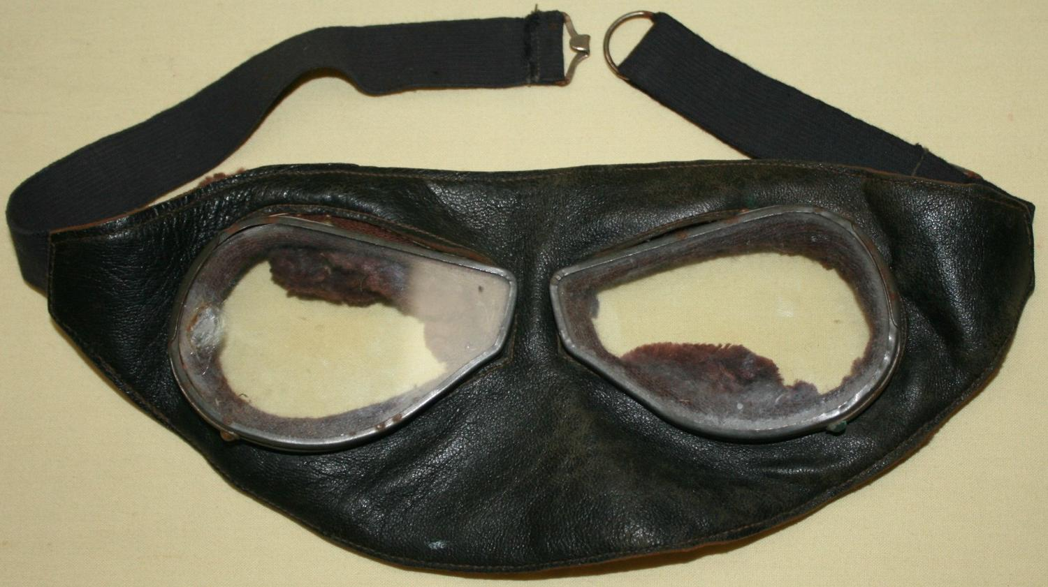 A WWI PERIOD PAIR OF FLYING GOGGLES