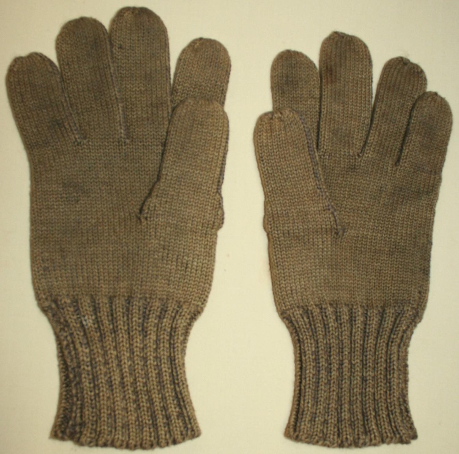 A PAIR OF MATCHING WWII PERIOD WOOL GLOVES