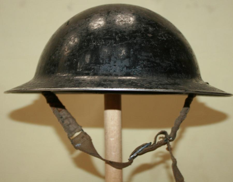 A 1939 DATED BLACK WARDENS HELMET SIZE 6 3/4
