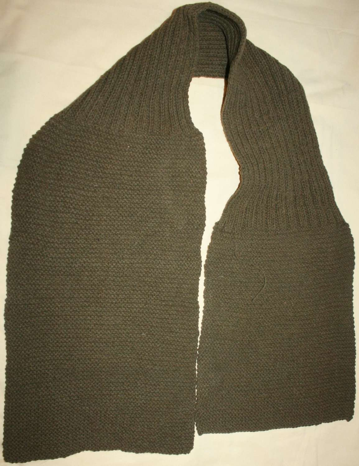 A WWI / WWII PRIVATE PURCHASE / COMFORTS SCARF