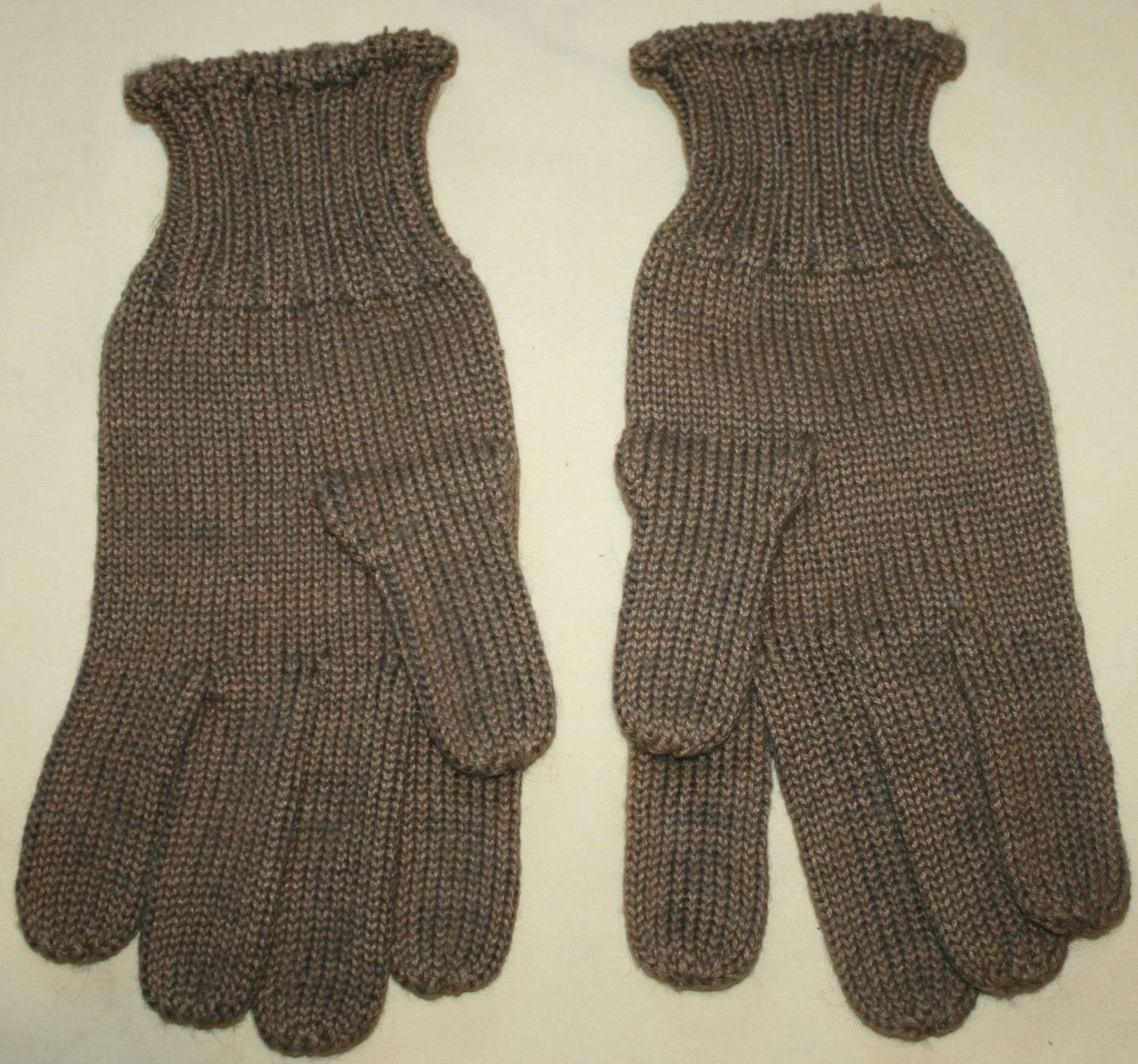 A WWII PAIR OF WOOLEN GLOVES