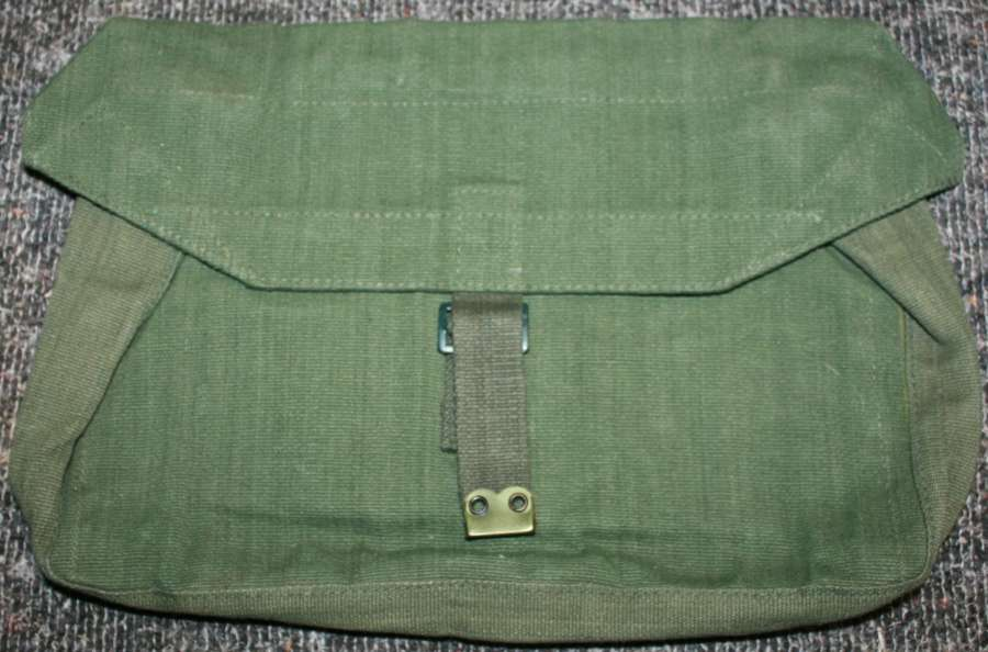A 1950'S 44 PATTERN WEBBING OFFICERS VALEASE SIDE PACK