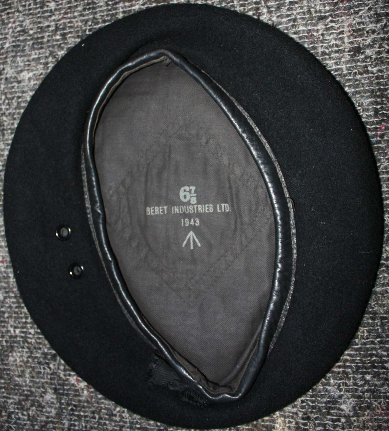 A VERY GOOD 1943 DATED RTR / RAC BLACK BERET 6 7/8