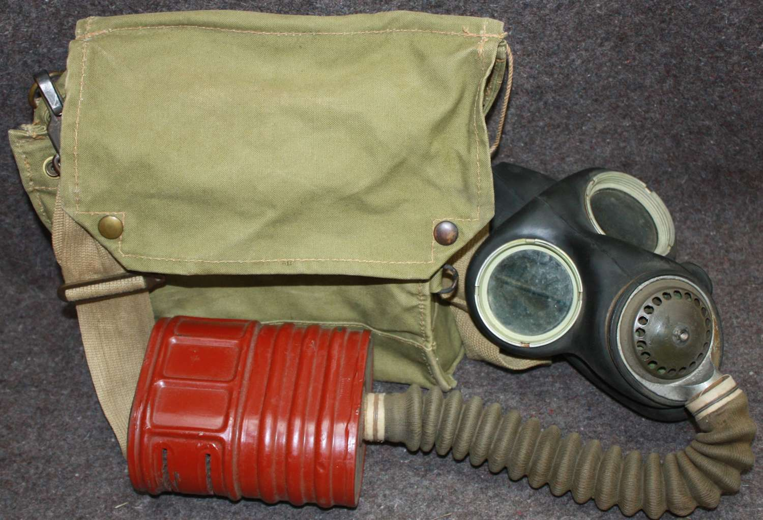 A MID WWII BRITISH ISSUE GAS MASK