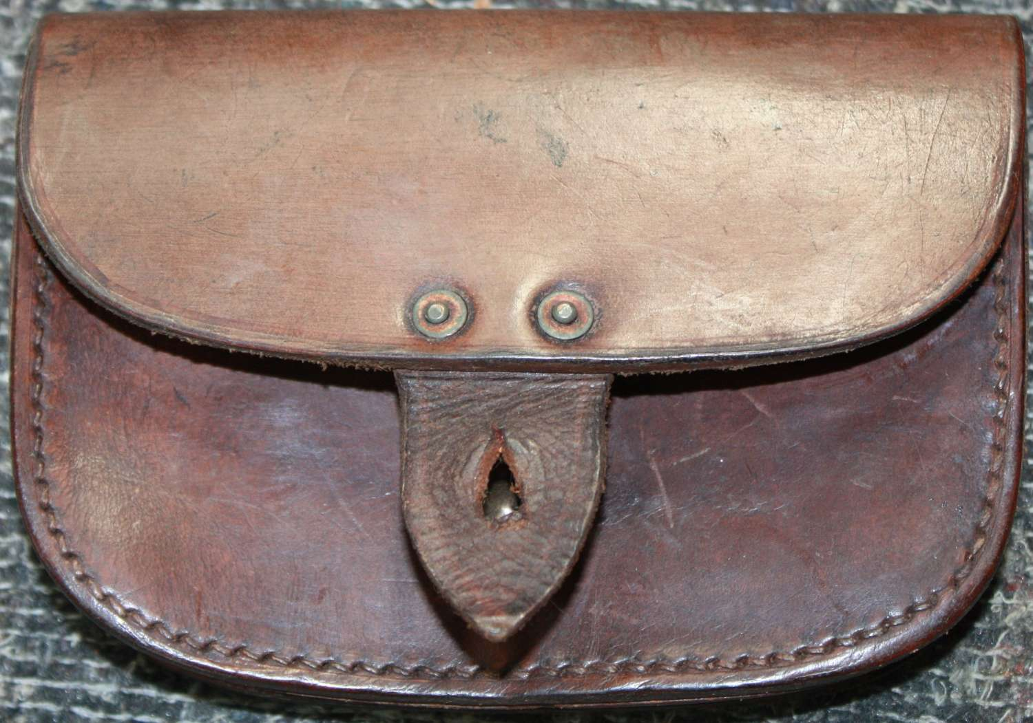 A WWII 1941 DATED NAVY PATTERN LEATHER PISTOL AMMO POUCH