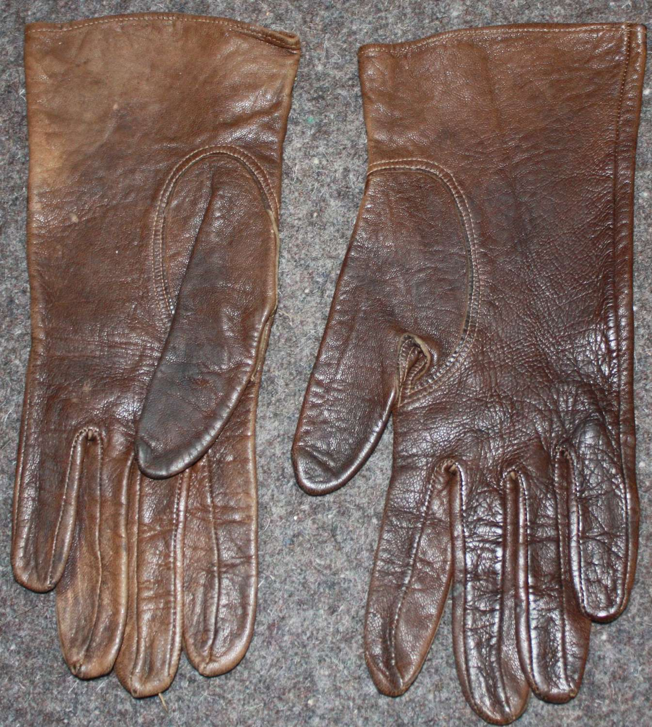 A SMALL SIZE PAIR OF ATS STYLE OFFICERS GLOVES SIZE 8