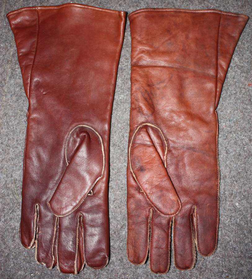 A WWII PAIR OF THE RAF WWII D TYPE GAUNTLETS