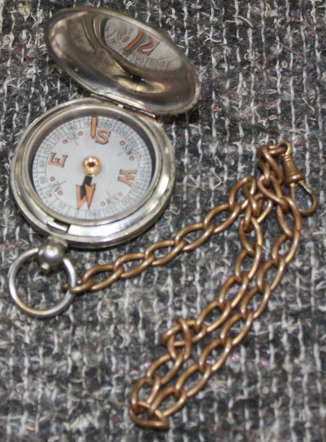 A WWI 1918 DATED POCKET COMPASS