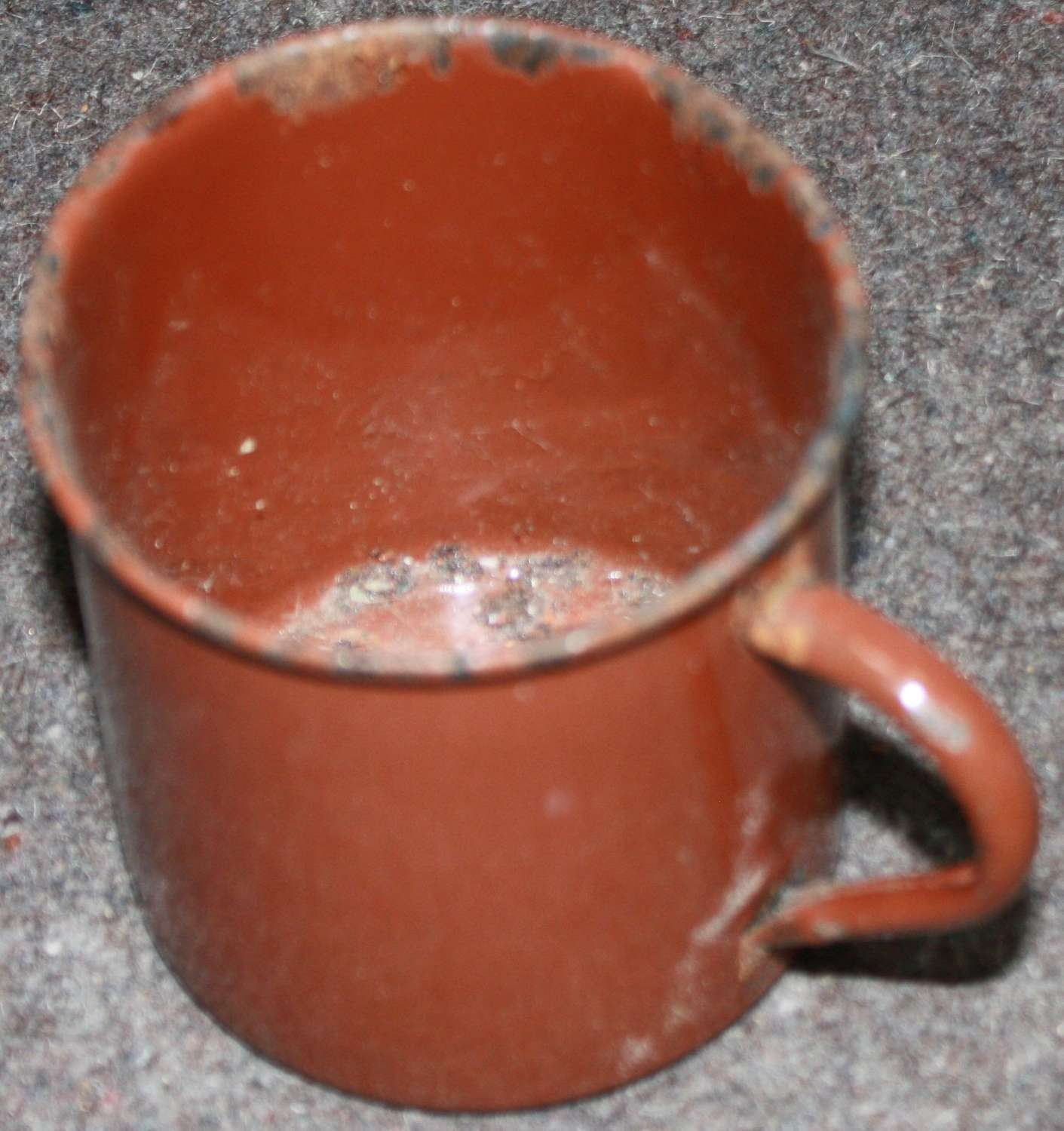 A BRITISH BROWN WWII ENAMEL MUG