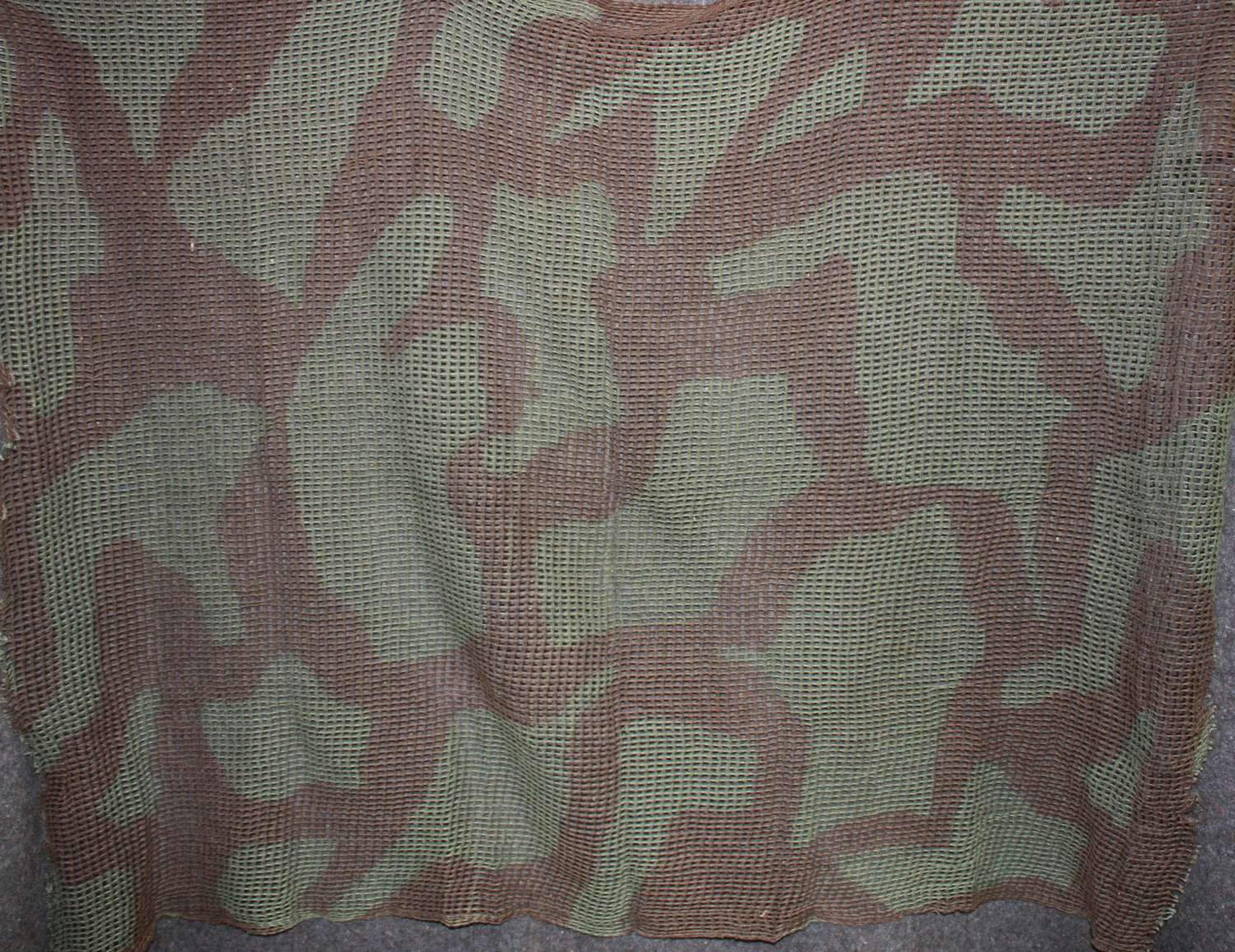 A WWII CAMOUFLAGE SCARF AS USED BY AIRBORNE TROOPS