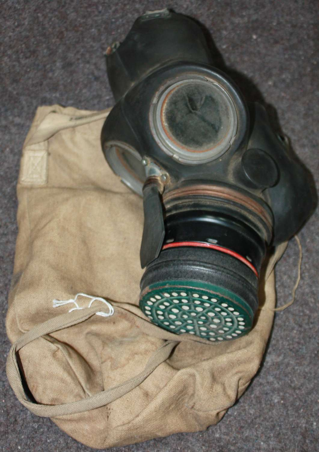 A WWII HOMES SERVICES GAS MASK AND 1937 DATED BAG