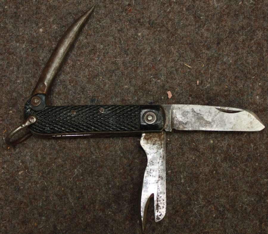 A GOOD USED EXAMPLE OF THE BRITISH ARMY CLASP KNIFE 1944 DATED