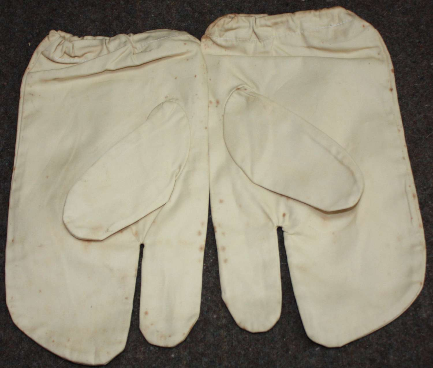 A PAIR OF 1942 DATED SNOW CAMFLARGE WHITE MITTERNS
