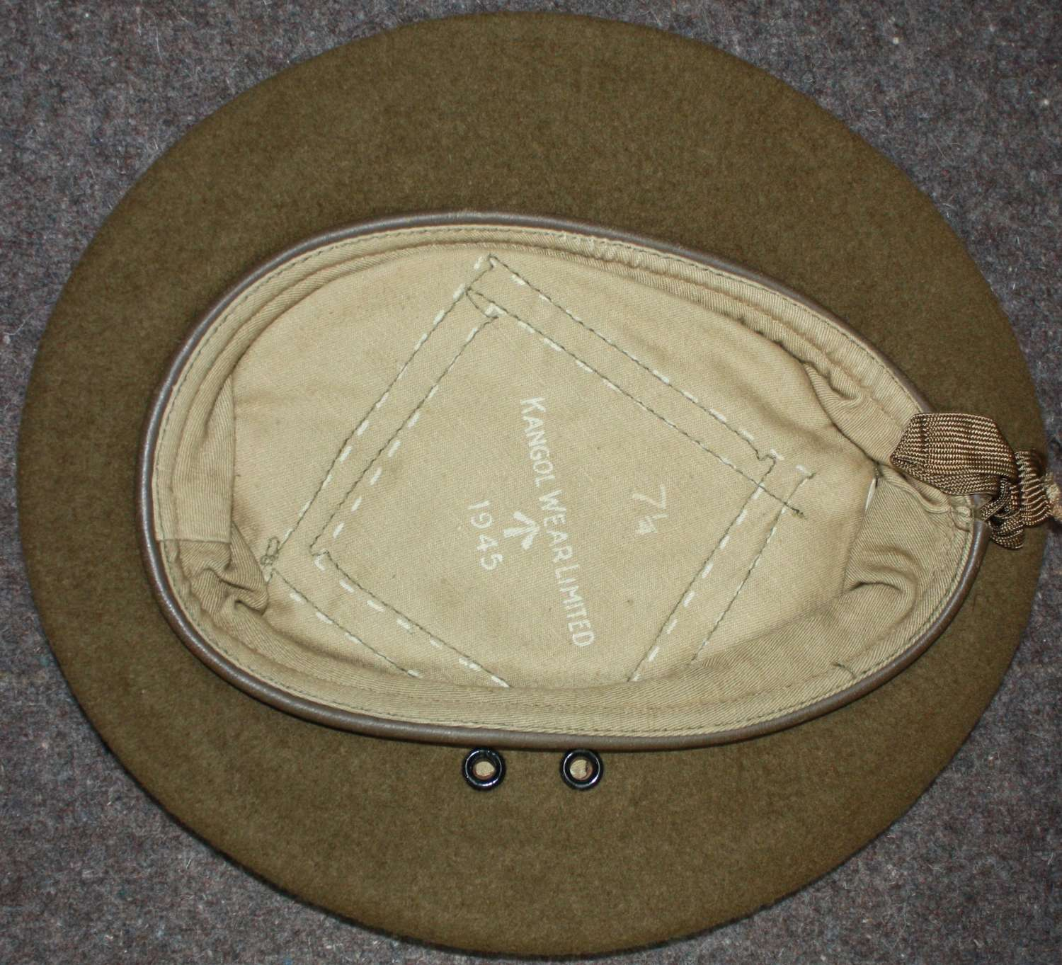 A WWII GREEN / BROWN BERET 1945 DATED ( RECONNAISSANCE & OFFICERS )