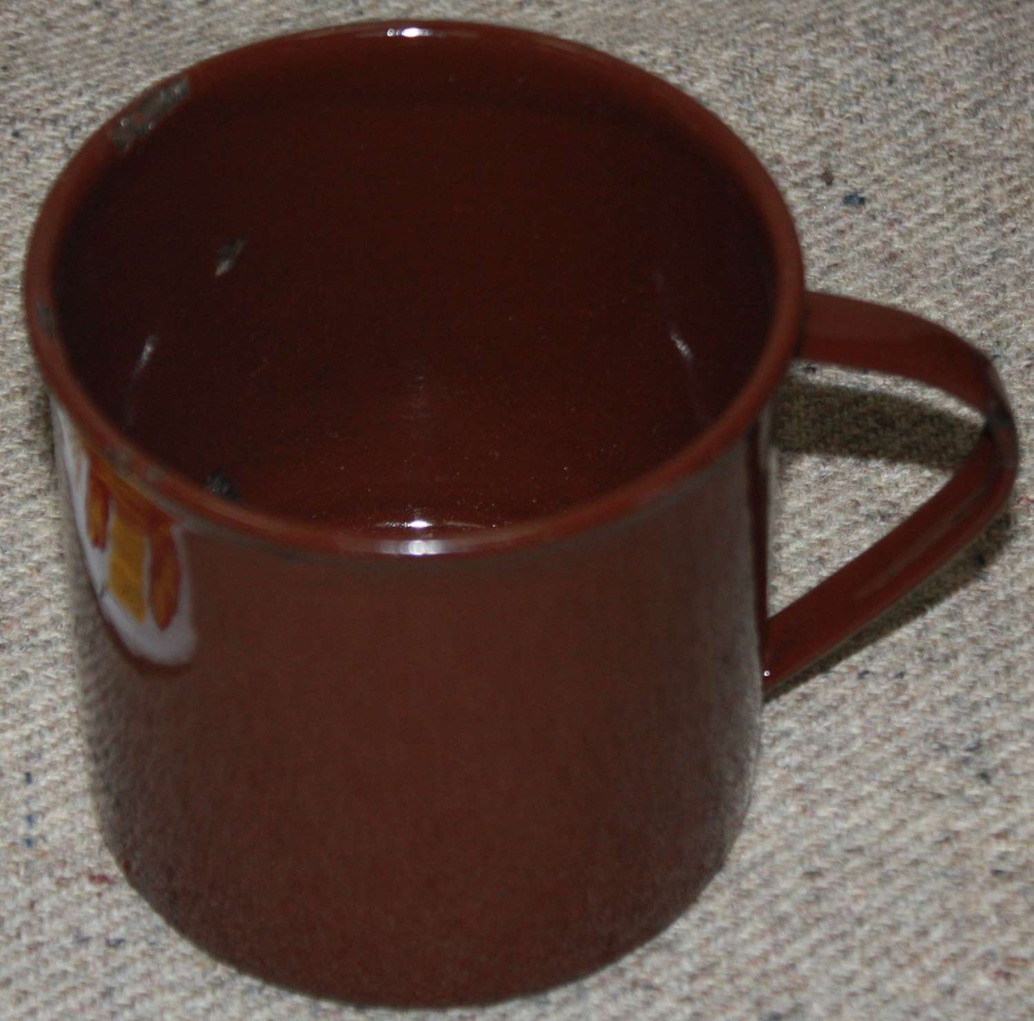 A WWII PERIOD BRITISH FORCES ISSUE ENAMEL MUG