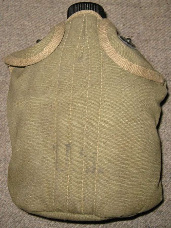 A GOOD WWII BRITISH MADE 45 DATED US CANTEEN POUCH WITH BOTTLE & MUG
