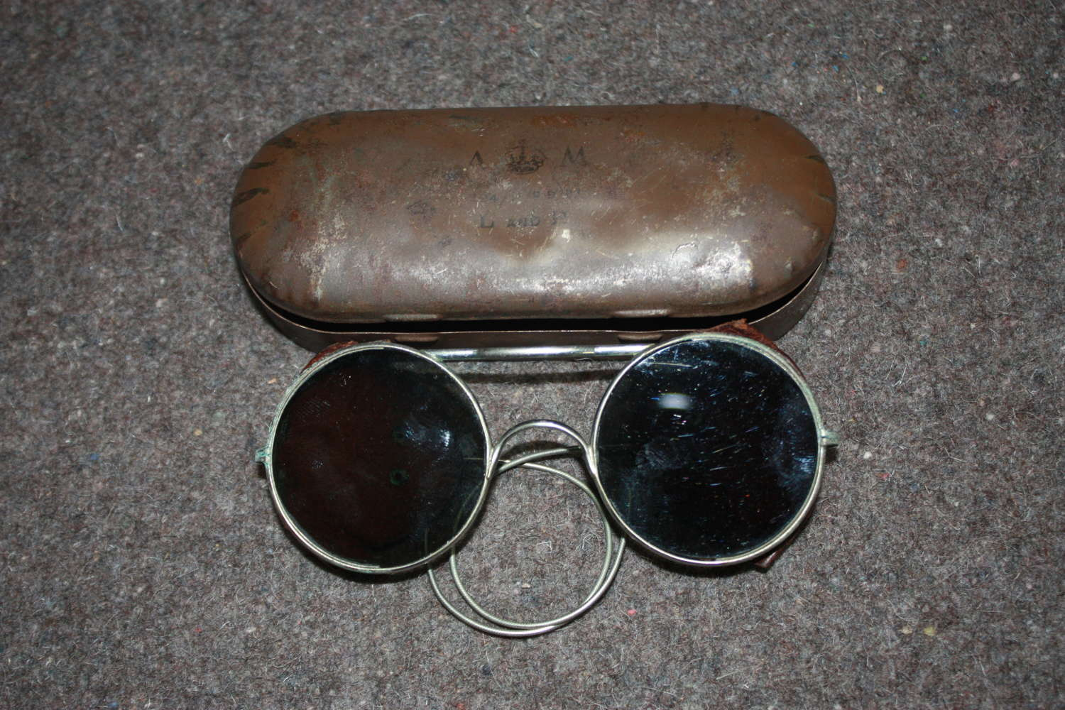 A WWII PAIR OF THE RAF ( AM MARKED TIN ) SUNGLASSES