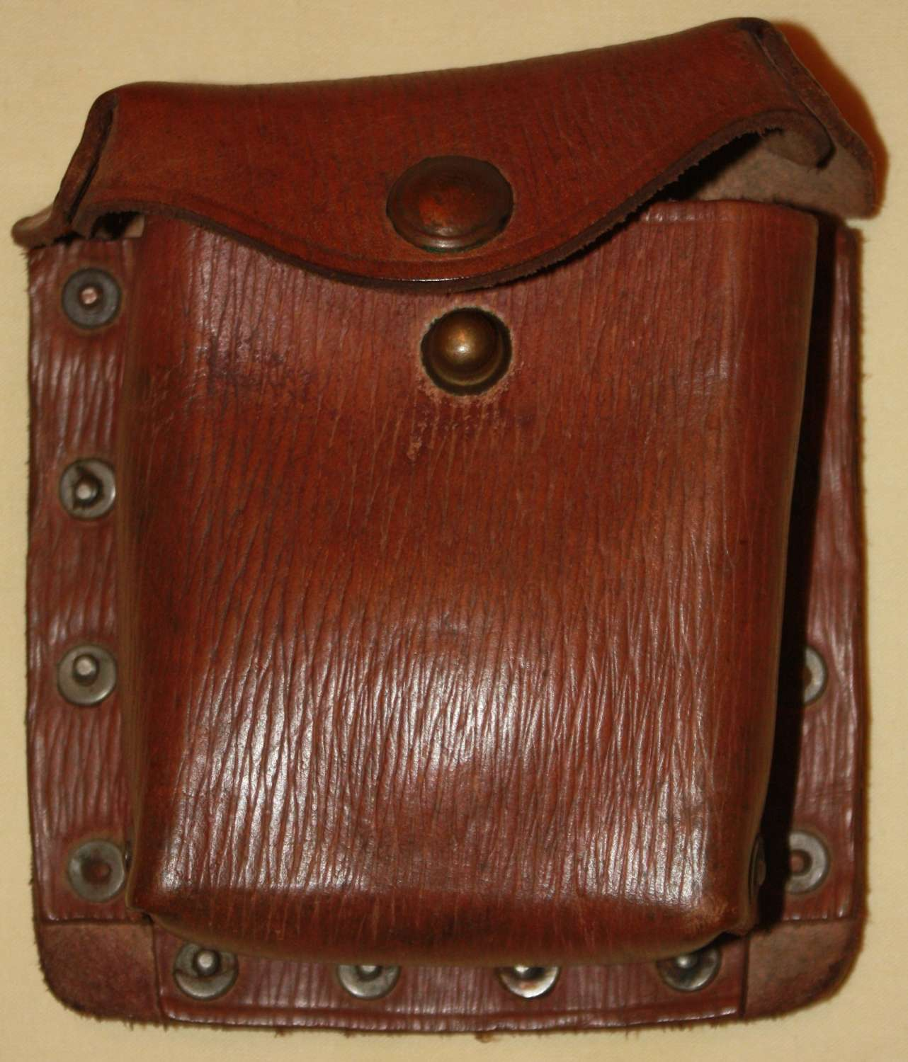 A 1941 DATED 39 PATTERN LEATHER EQUIPMENT PISTOL AMMO POUCH