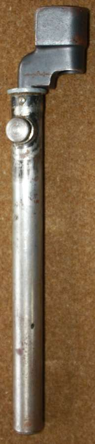 A WWII BRITISH SPIKE BAYONET WITH A STRAIGHT SCABBARD