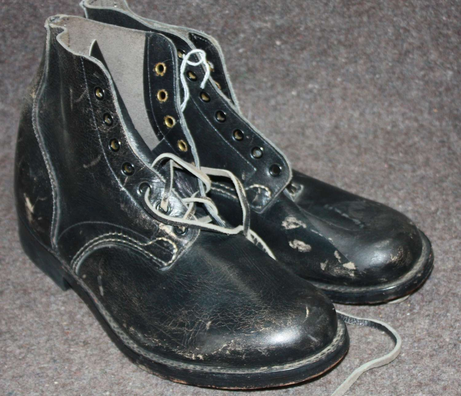 A PAIR OF 1943 DATED NEWZEALAND BOOTS SIZE 8