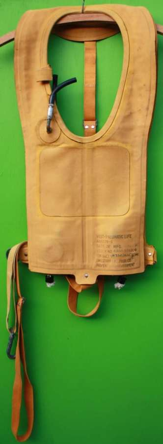 WWII US Army Air Force B4 life preserver ( MAEWEST )