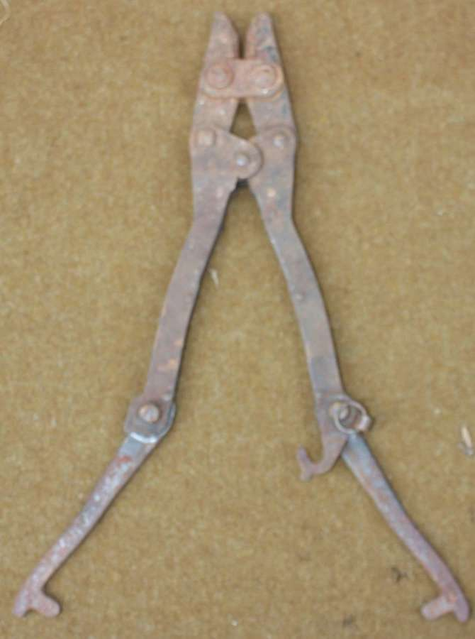 A PAIR OF 1944 DATED ENGINEERS PATTERN WIRE CUTTERS