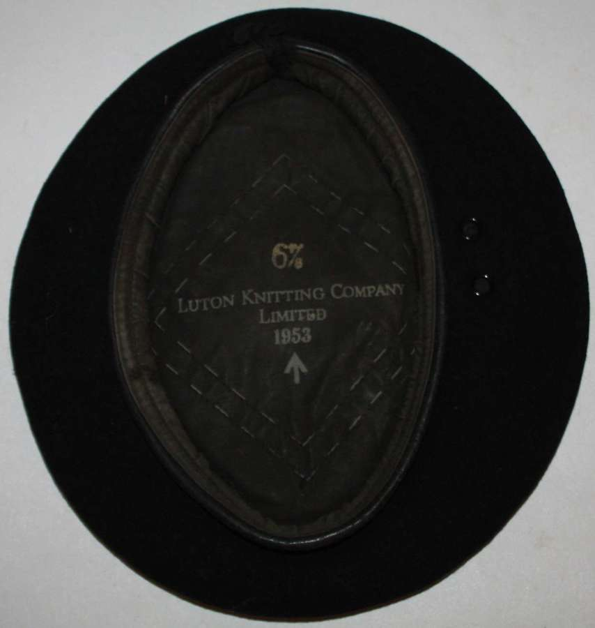 A 1953 DATED BLACK RTR / RAC BERET SIZE 6 3/4
