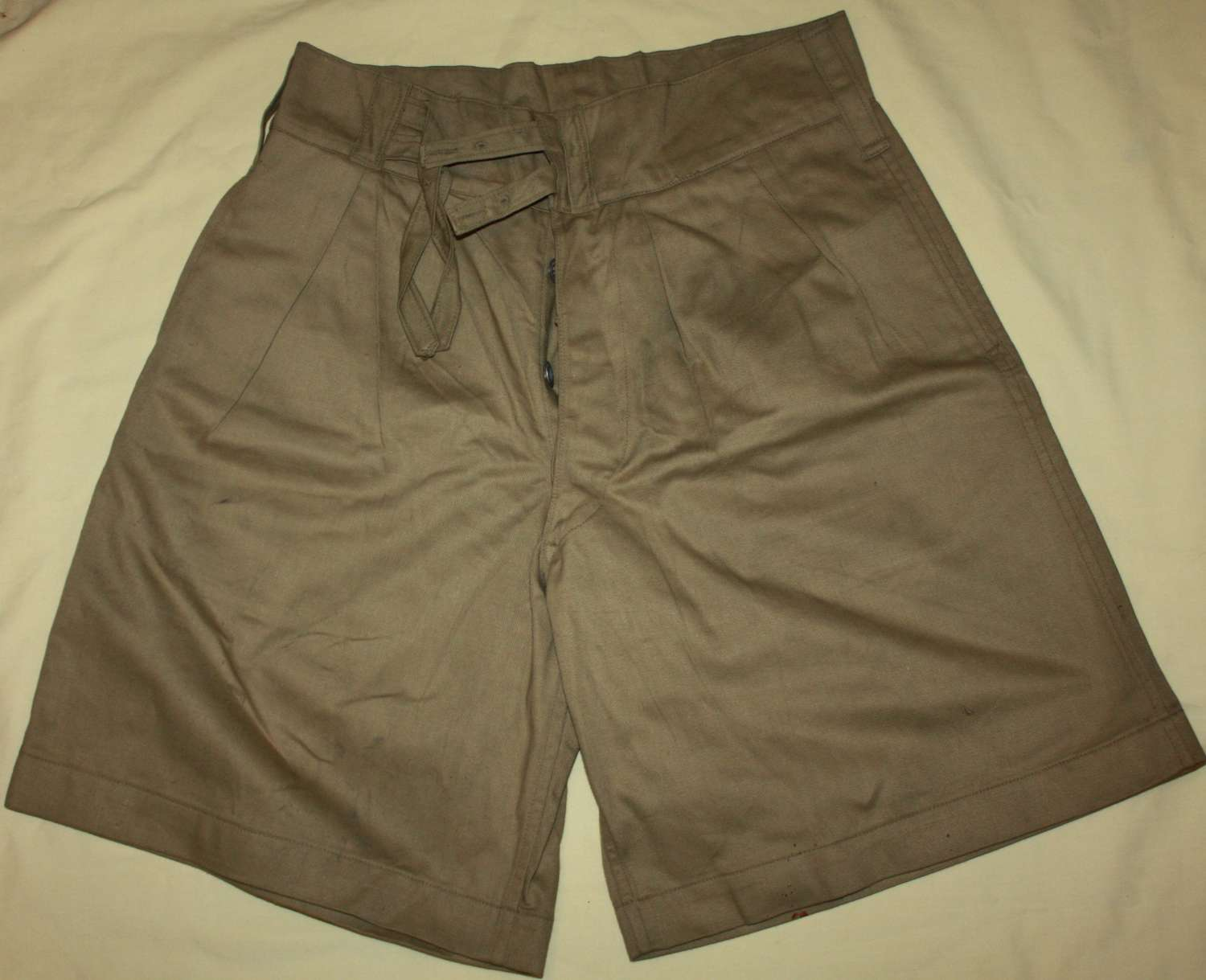 A GOOD PAIR OF THE BRITISH ISSUE KD SHORTS 1945 DATED 30-32 WAIST