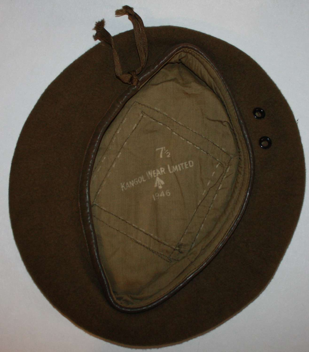 A GOOD 1946 DATED GREEN / BROWN BERET SIZE 7 1/2