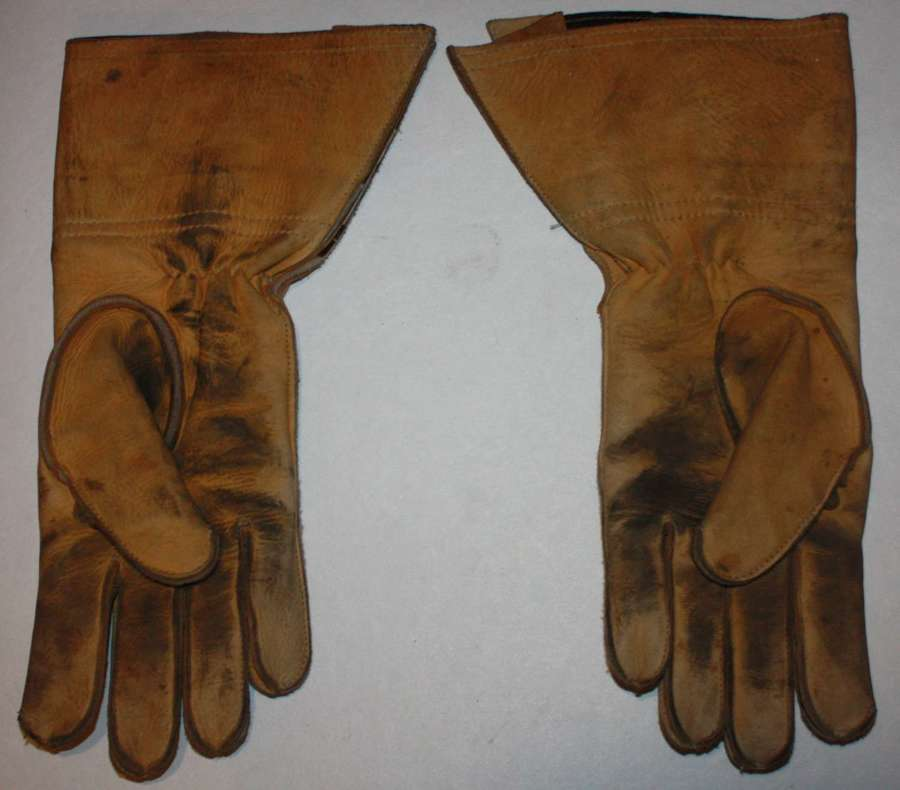 A GOOD USED PAIR OF POST WWII BRITISH ARMY ISSUE MC GAUNTLETS